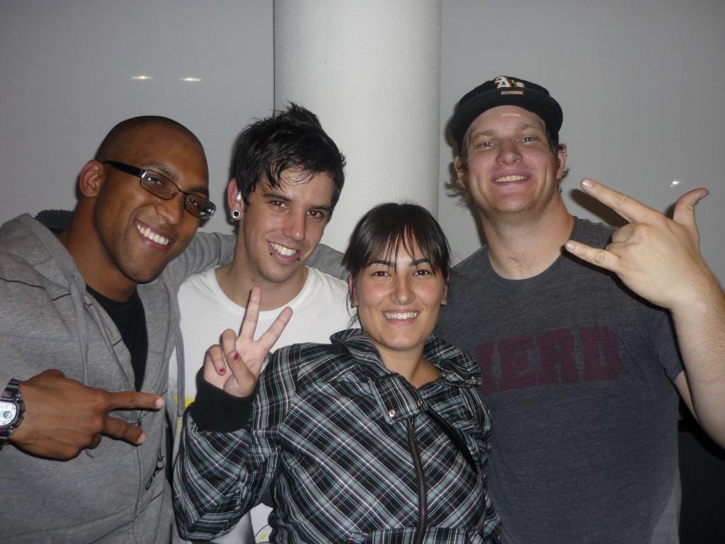 DJ, Jared, yo, Lars y cómo las pegatinas holográficas de las gorras de rapero se reflejan en tu frente al hacerte una foto con flash