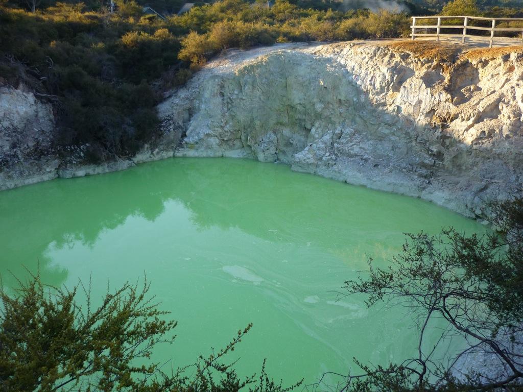 Devil's Bath, o Baño del Diablo. Cráter cuyo color de agua se debe a la cantidad de arsénico que contiene. Cuanto más verde, más arsénico.