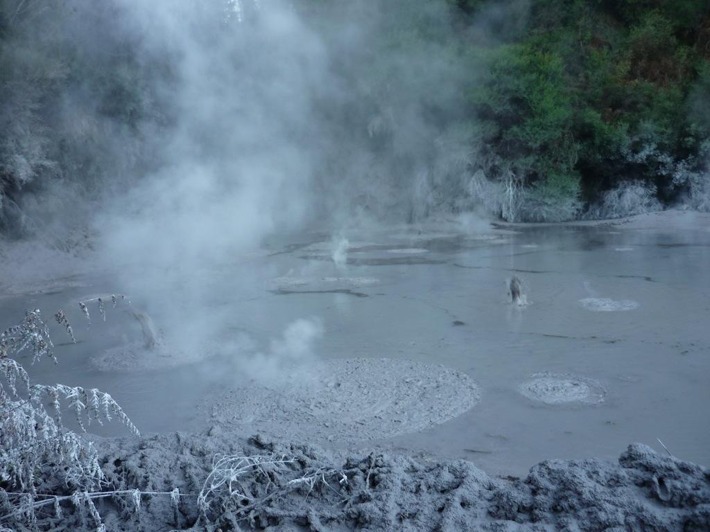 Mud Pools o Piscinas de Arcilla, burbujeantes y con un olor a huevo podrido insoportable