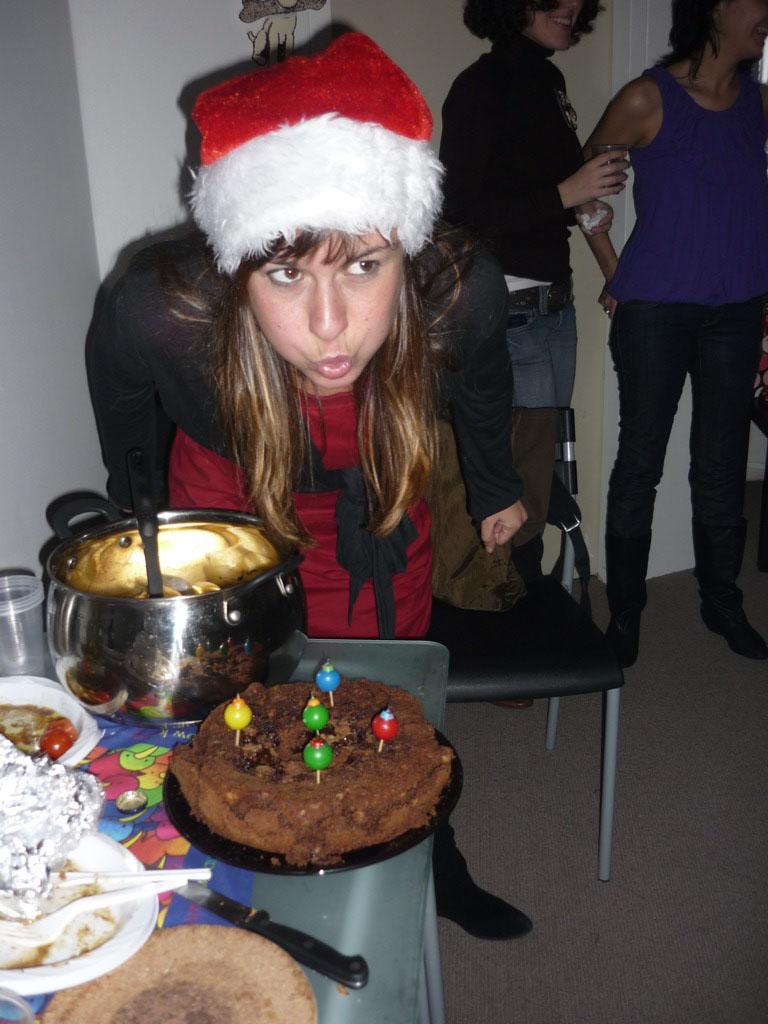 Soplando la velas de su primer cumpleaños en invierno