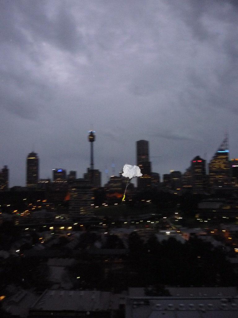 El paracaidista disfrutando del skyline de Sídney